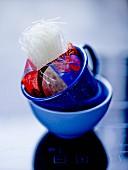 Ein Beutel Sojanudeln in blauer Tasse