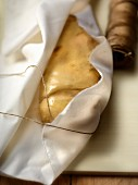 Preparing foie gras in a cloth
