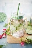 Detox-Wasser mit Gurke und Rettich