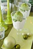 Limetten-Mousse und Basilikum-Sorbet in Gläsern