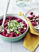 Salat mit Rote-Bete-Gnocchi, Gurke, Frühlingszwiebeln und Dill
