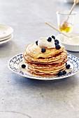 Pancakes mit Frischkäse, Honig und Blaubeeren