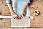 Seidenpapiergirlande selbermachen: Papierstreifen mit einem Cutter abschneiden