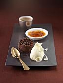 Schokoladendesserts und Creme Brulee mit Butternuss-Kürbismark