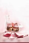 Cupcakes mit Sahne und Zuckerperlen