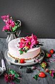 Cheesecake mit geeister Thymian-Sahne, Blüten und Beeren