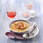 Kichererbsensuppe mit Garnelen, Glas Roséwein Clairet