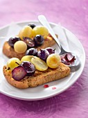 Crunchy bread with two grapes and honey