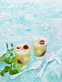 Melonen-Minze-Süppchen mit Joghurtbällchen und Himbeeren