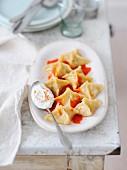 Raviolis à la viande sauce paprika et yaourt