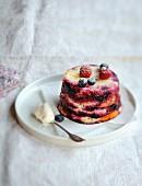 Sommerlicher Fruchtpudding mit Waldfrüchten und Pfirsich