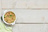 Gelbe und grüne Zucchini mit Brousse-Frischkäse und Mandelstreusel
