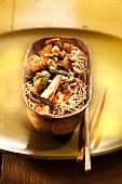 Chinesische Nudeln mit Hähnchen, Kräutern und Gemüse