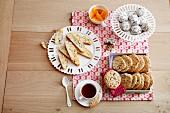 Tea-Time: verschiedene Plätzchen und Tasse Tee