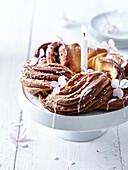 Brioche-Zimtschneckenkuchen mit Kerze