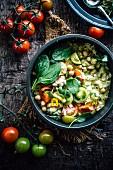 Porridge mit Kichererbsen und grünen und roten Tomaten