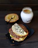 Burger mit Blauschimmelkäse