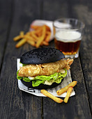 Black Burger mit Fish and Chips