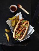 Hotdog mit Hähnchen, Erdnüssen und süsser Sauce