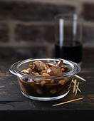 Small onions with raisins and balsamic vinegar
