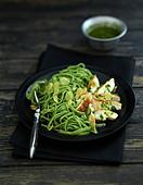 Grüne Tagliatelle mit gegrilltem Hähnchen, Knoblauch und Rucolapesto