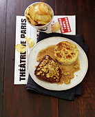 Rinderfilet mit Foie Gras-Streusel, Pfifferling-Flan und Rattes-Kartoffelchips