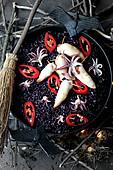 Schwarzer Reis mit Tintenfisch, Kalmar und Pfefferschoten zu Halloween