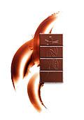 Ein Rippchen Milchschokolade vor weißem Hintergrund