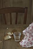 Verre d'eau et tissu à motifs sur une table en bois