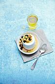 Kokos-Vanille-Flan mit getrockneten Früchten, Nüssen und Agavensirup