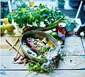 Rindfleisch mit Litschisaft, Limettensaft, Zitronengras, Koriander und Chili marinieren