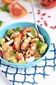 Salat mit Garnelen, Avocado, Grapefruit und Granatapfelkernen