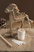 Holzpferdchen, Garnrolle und Etiketten