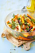 Lauwarmer Urkarottensalat mit frischen Kräutern und Sesam