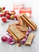 Financiers (Mandelbiskuit, Frankreich) mit Paille d'Or-Waffelgebäck Erdbeere