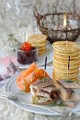 Marinierter Räucherlachs, geräucherter Aal und Hering, Blinis, Rote-Bete-Salat mit Lachsrogen, Aal mit Dillsahne zum russischen Neujahr