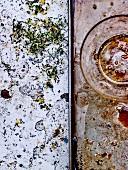 Flecken von Marinade und von Sel-Fou-Kräutersalz mit Gewürzen und Zitronenzesten