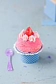Mini Angel Cake mit Erdbeeren und Veilchen
