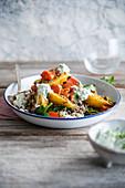 Aloo Bombay (Kartoffel-Curry mit Karotten, Spinat, Wildreis und Joghurtsauce, Indien)