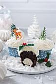 Weihnachtlich verzierte Schokoladen-Kokos-Cupcakes