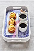 Sables mit Apfel-Rosen und zwei Tassen Kaffee