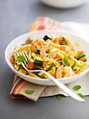 Nudeln mit Garnelen, Zucchini und Basilikumsauce