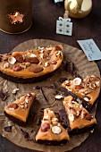 Knuspriger Kuchen mit Schokolade, Karamell und Trockenfrüchten