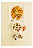 Italienisches Menü mit Pizza, Nudelsalat und Cornetto