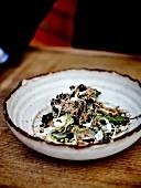 Salat mit geschmortem Kohl, Algen und Wiltshire-Trüffelcreme