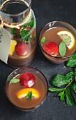 Krug und Gläser alkoholfreie Sangria
