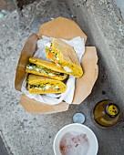 Curry-Kornbrot-Sandwich mit Auberginenkaviar, Feta, grünem Chutney und Karotten-Pickles mit Ingwer