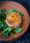 Rindertatar mit Sojasprossen, Sesam, geraspelten Karotten und Thai-Basilikum, frischem Spinat und Soja-Sesam-Sauce