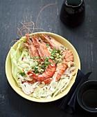 Bo Bun (vietnamesische Reisnudeln) mit Garnelen, frischen Zwiebeln und gehackten Cashewnüssen