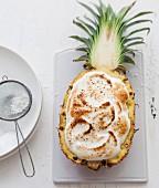 Überbackene Ananashälfte mit Baiser